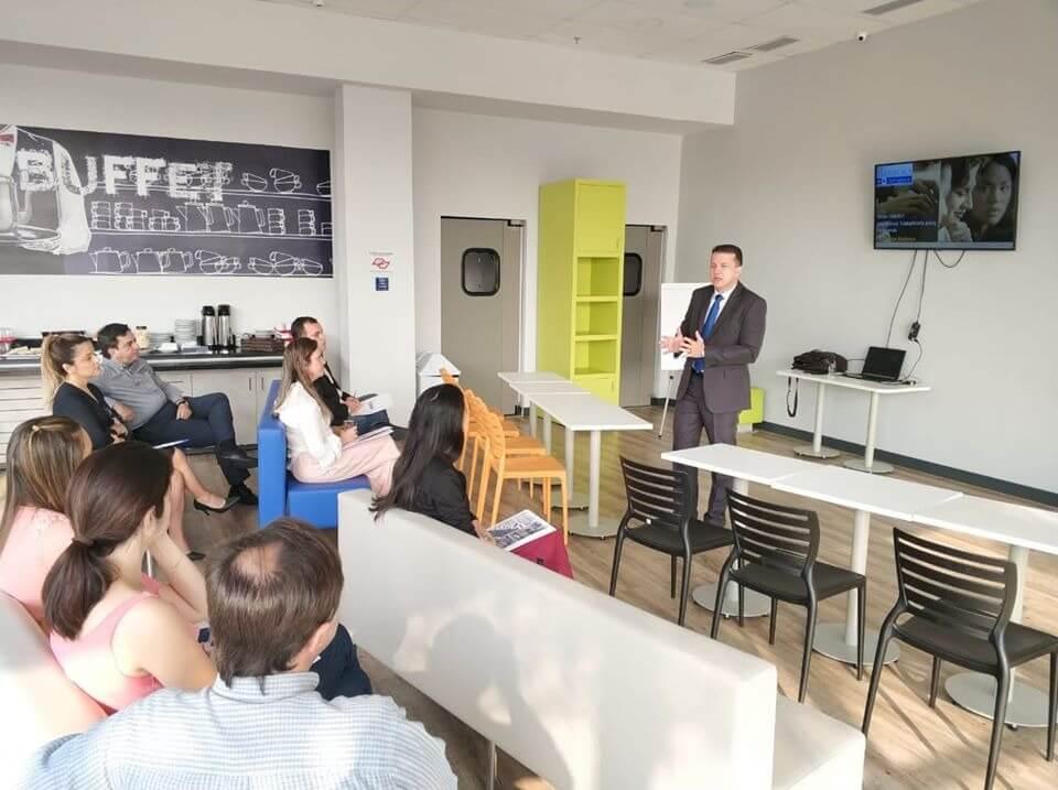 Imagem de um funcionário da Barbosa Advogados palestrando um curso de capacitação de empresas da Barbosa Advogados
